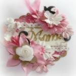 Przepiękny znaczek, zdobiny kwiatami z napisem - MAMA, do ozdobienia prezentu