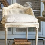 Wspaniałe krzesło z dużą poduchą jako siedzisko i niespotykanie małym oparciem z siatką