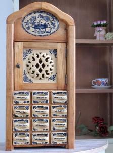 drewniana-szafka-na-przyprawy-wzor-cebulowy-2683 artdecor24.pl